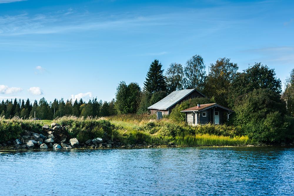 Autunno in Lapponia: riflessi sul fiume Tornio al confine delle due lapponie.