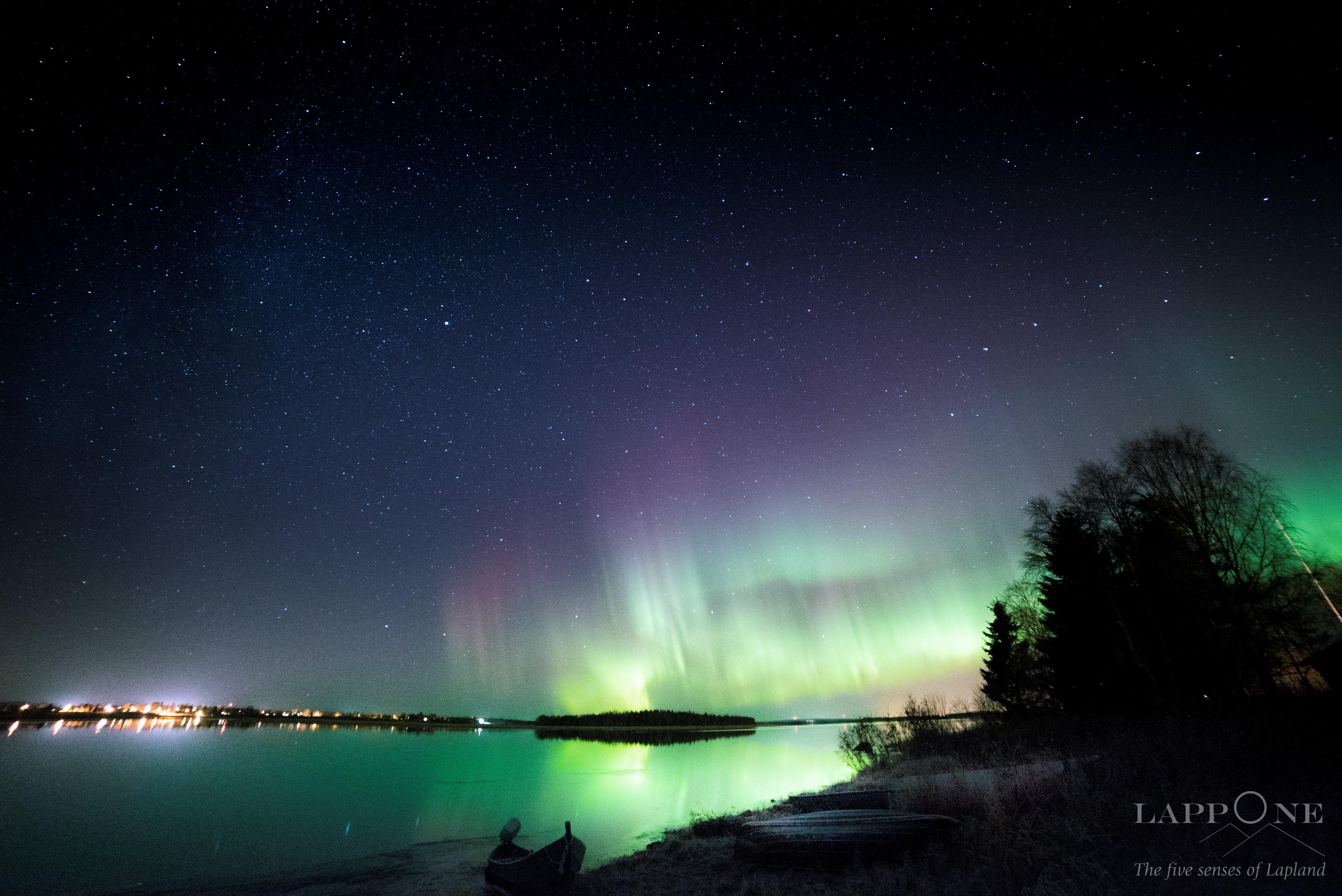 Aurora Boreale con riflesso sulle calme acque del fiume Tornio, i magici colori dell'autunno in Lapponia!