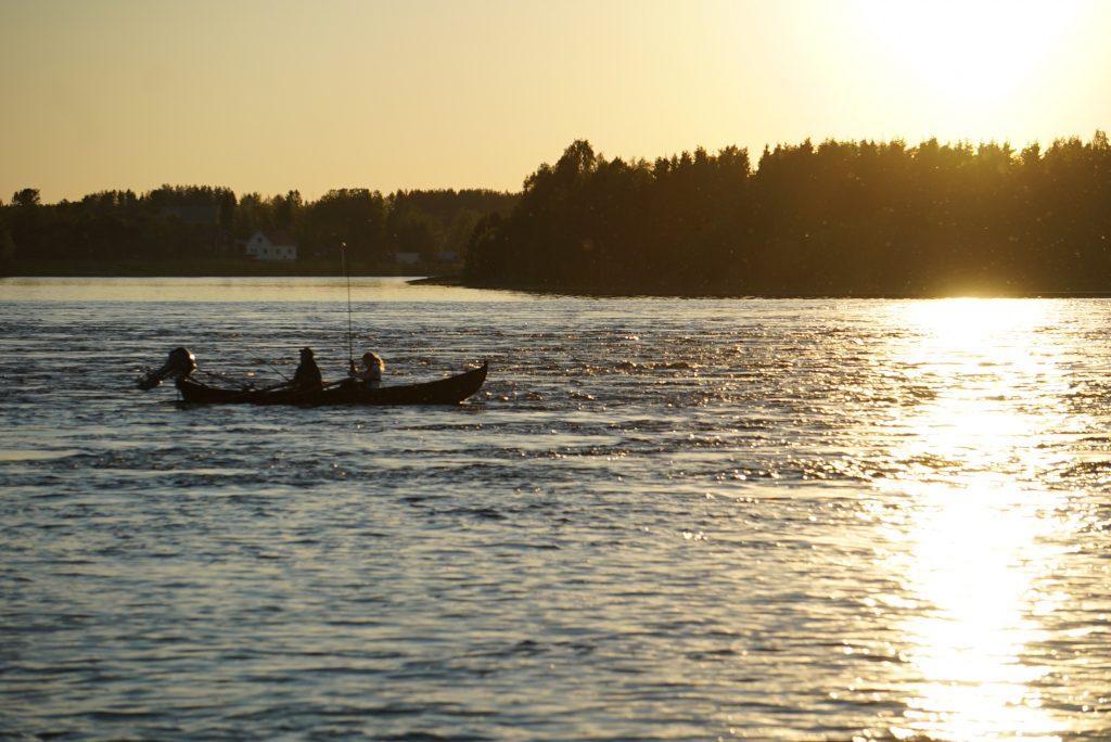 pesca sotto il sole di mezzanotte