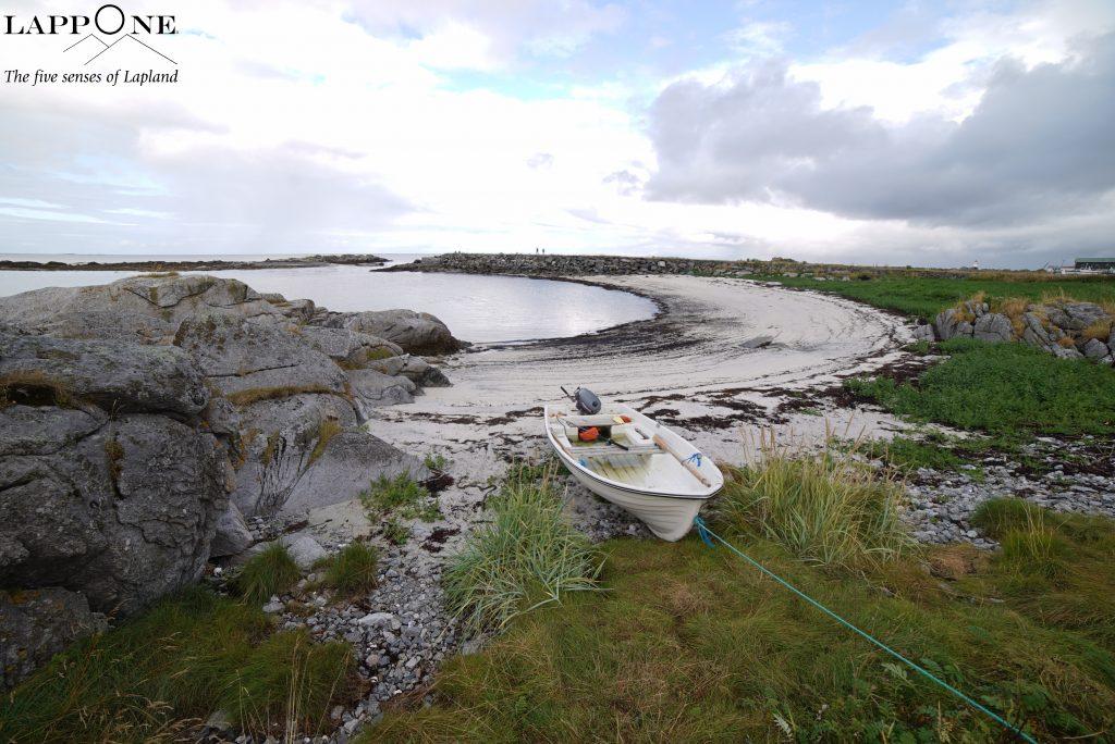spiaggia con barca